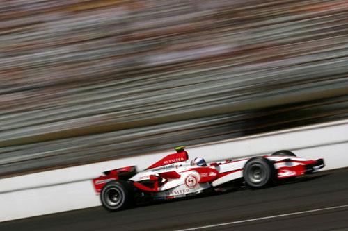 Пилот команды Супер Агури Энтони Дэвидсон  участвует в гонках в течении квалификации Гран-при США. Фото: Mark Thompson/Getty Images