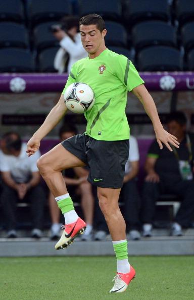 Португальский полузащитник Криштиану Роналду контролирует мяч во время тренировки 26июня 2012года на Донбасс Арене. Фото: ANNE-CHRISTINE POUJOULAT/AFP/Getty Images