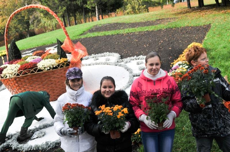 Школьники пришли на выставку хризантем для создания экспозиций. Фото: Владимир Бородин/The Epoch Times Украина