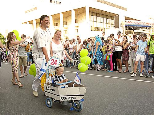 Паради дитячих колясок пройшли на святі дитячого сміху в Києві, Запоріжжі й Сімферополі. Фото Максима Голованя.