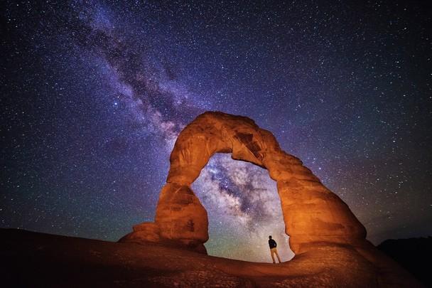 «Изящная арка» и ночное небо. Национальный парк Арки, штат Юта, США. Фото: Max Seigal/travel.nationalgeographic.com