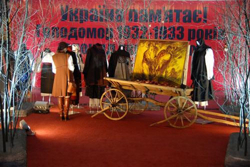 Экспозиция в центральном зале на выставке «Украина помнит! Голодомор 1932–1933 гг. – геноцид Украинского народа». Фото: Владимир Бородин/Великая Эпоха