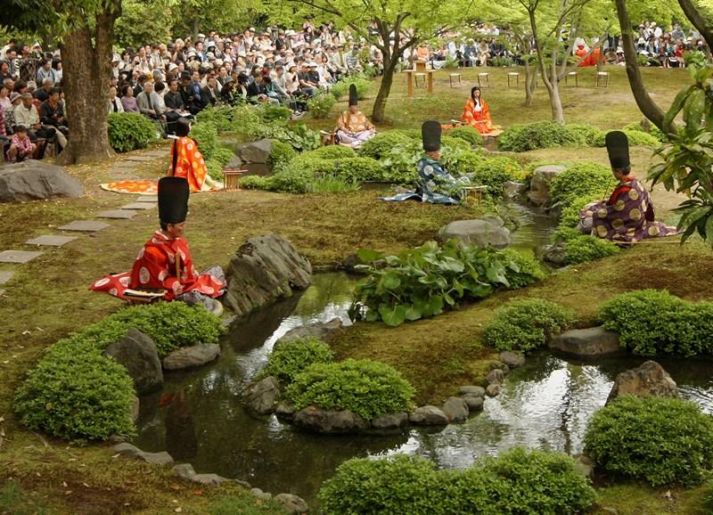 Киото, Япония, 29 апреля. В древней японской столице проходит праздник «Кекусуй-но-Утагэ», участники которого, одетые в кимоно эпохи Хэйан (794—1192 гг.), занимаются стихосложением в саду Ракусуйэн. Фото: Buddhika Weerasinghe/Getty Images