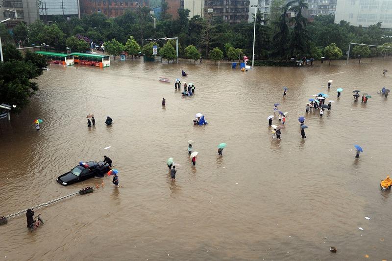 Куньмін, провінція Юньнань, Китай, 19 липня. Тайфун «Соулік» перетворив вулиці міста на відкритий басейн. Фото: STR/AFP/Getty Images