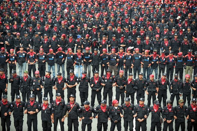 Джакатра, Индонезия, 22 ноября. Тысячи рабочих вышли на демонстрацию с требованием улучшения условий труда, повышения зарплаты и предложением запретить наём рабочих-иностранцев. Фото: ADEK BERRY/AFP/Getty Images