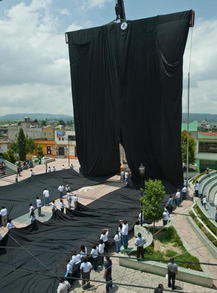 В Тунисе сшили самые длинные брюки в мире. Фото: AFP