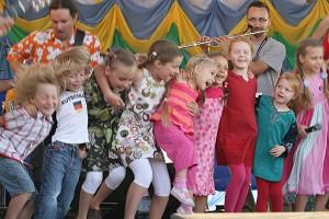 Энергичное выступление группы юных танцоров на сцене детской зоны   во время парусных гонок-2007. Фото: Ян Якилек/Великая Эпоха