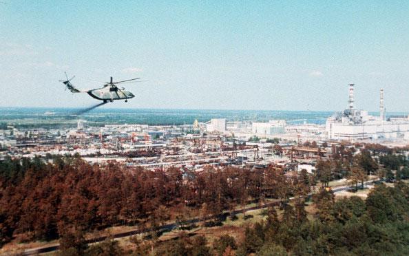Военный вертолёт распыляет специальную состав, чтобы уменьшить загрязнение воздуха через несколько дней после аварии на Чернобыльской АЭС в 1986 году. (STF/AFP/Getty Images)