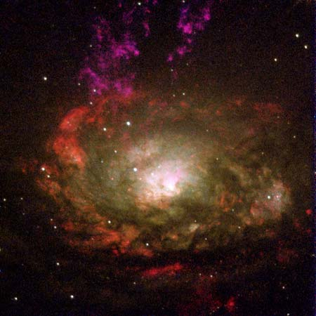 30 січня 2000 р. Галактика Циркуль і хмари газу, що вивільняються в космос. Фото: NASA, Andrew S. Wilson (University of Maryland); Patrick L. Shopbell (Caltech); Chris Simpson (Subaru Telescope); Thaisa Storchi-Bergmann and F. K. B. Barbosa (UFRGS, Brazil