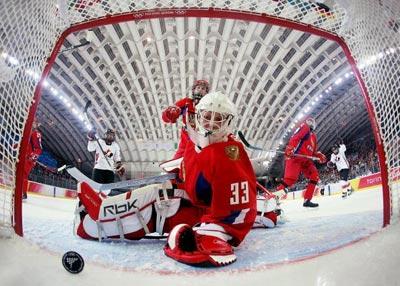 Надія Олександрова з Росії спостерігає, як шайба влучає у ворота під час гри між жіночими збірними Росії та Канади. Фото: Robert Laberge-Pool/Getty Images