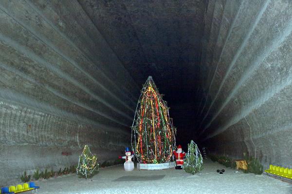 Экскурсия на новогоднюю ёлку в самой глубокой шахте мира в восточно-украинском городе Соледар. Фото: The Epoch Times