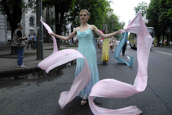 Дівчина танцює із стрічками на параді послідовників Фалуньгун у Києві 8 липня 2008 року. Фото: The Epoch Times