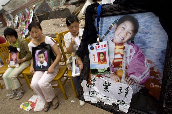 Родители скорбят о своих погибших во время землетрясения детях. Фото: Getty Images