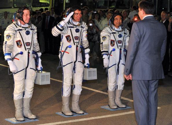 Доклад о готовности экипажа. Слева направо: Майкл Фоссум, Сергей Волков, Сатоши Фурукава. Фото: VYACHESLAV OSELEDKO/AFP/Getty Images