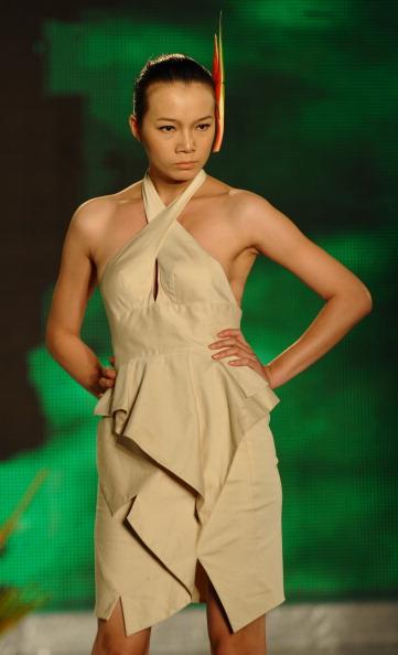 Весна-лето 2012 на Вьетнамской неделе моды. Фото: HOANG DINH NAM/AFP/Getty Images