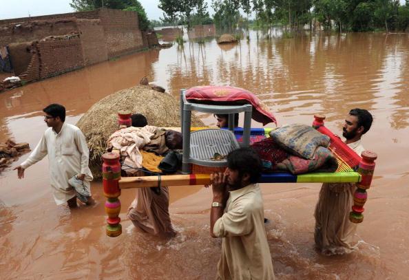 Наводнения в Пакистане унесли жизни более 1100 человек. Фоторепортаж. Фото A. MAJEED/RIZWAN TABASSUM/AFP/Getty Images