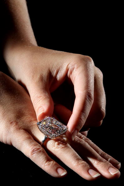 Редкое 52.82-каратовое кольцо с белым бриллиантом стоимостью 7 миллионов долларов. Фото: Dan Kitwood/Getty Images