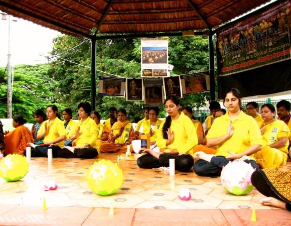Бангалор, Индия. День памяти погибших от репрессий практикующих Фалунь Дафа. Фото: Великая Эпоха