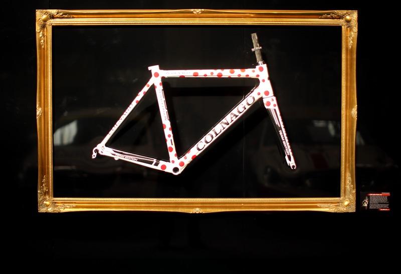 Бирмингем, Англия, 27 сентября. Итальянская фирма Colnago представила на выставке велосипедов раму из углеродного волокна стоимостью 4995 фунтов стерлингов. Фото: Christopher Furlong/Getty Images