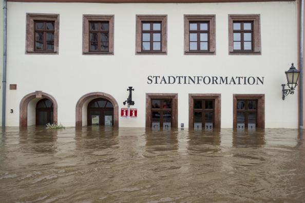 Затоплені будинки в центрі міста Грімма, Німеччина. Фото: Jens Schlueter/Getty Images