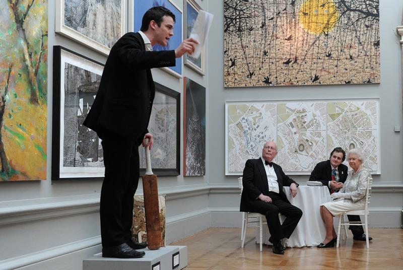Лондон, Англія, 23травня. Королева Єлизавета II разом з супровідниками дивиться виставу під час відвідування Королівської академії мистецтв. Фото: CARL COURT/AFP/GettyImages