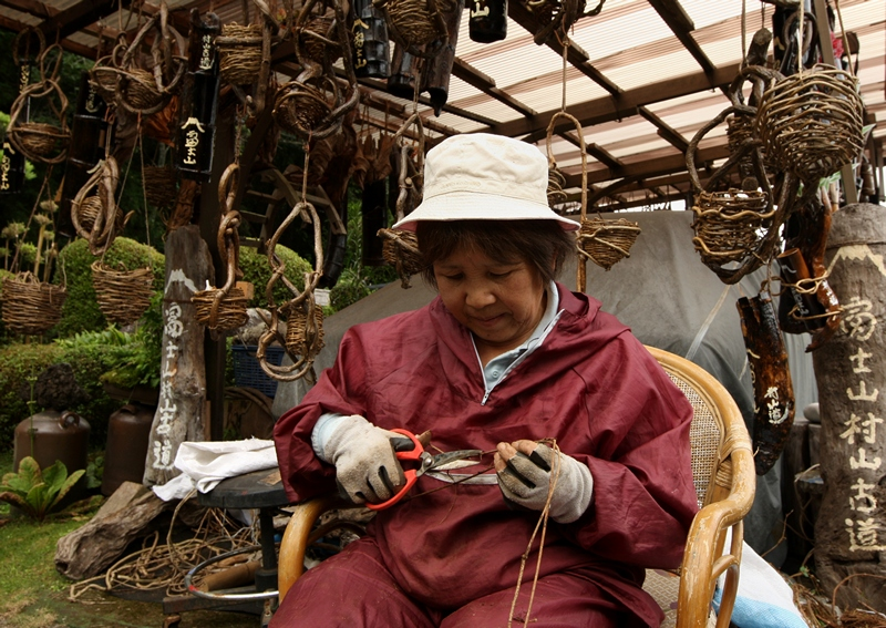 Фудзиномия, Япония, 30 июня. Японка изготавливает сувениры для туристов, восходящих на гору Фудзи. С июля всего на два месяца гора Фудзи открывается для посетителей. Фото: Buddhika Weerasinghe/Getty Images