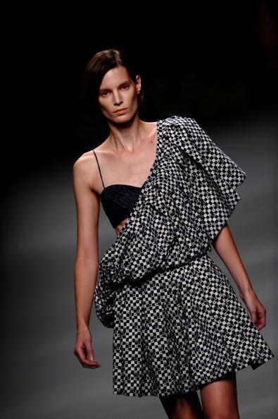 Модель демонструє одяг від Devota & Lomba весна/літо 2011, яка проходить у Мадриді, Іспанія.Фото Juinen Джаспер / Getty Images