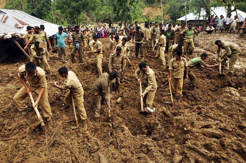 Село Уджала Мудіпара, штат Тріпура, Індія, 9 травня. Військові проводять рятувальні роботи після сходження зсуву. Циклон, що приніс зливові дощі з грозами, не залишає схід країни. Фото: STRDEL/AFP/Getty Images