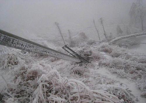 Во многих районах Китая от сильной непогоды повреждены  линии электропередач. Фото с epochtimes.com