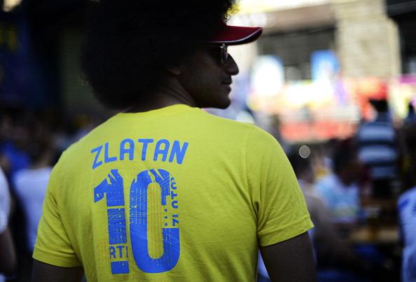 Шведский фан носит футболку Златана Ибрагимовича в фан-зоне в центре Киева 12 июня 2012 года. Фото: JONATHAN NACKSTRAND/AFP/Getty Images