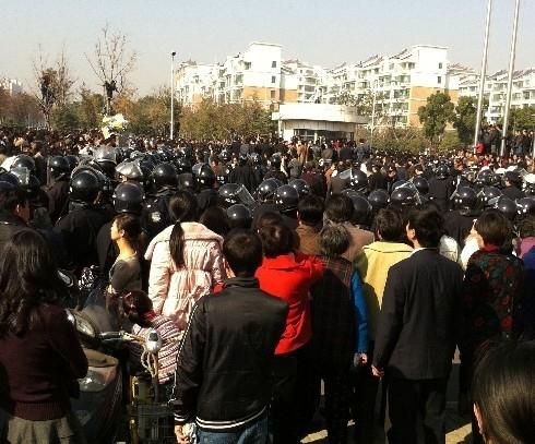 Близько 20 тисяч людей протестують проти недбалості китайських лікарів. Провінція Цзянсу в Китайській Народній Республіці. Грудень 2010 року. Фото з epochtimes.com