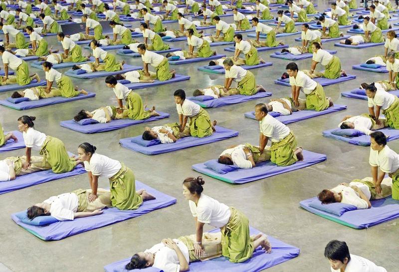 Бангкок, Таиланд, 30 августа. На городском стадионе 641 массажист организовали сеанс тайского массажа с целью продвижения спа-индустрии и установления нового мирового рекорда. Фото: STR/AFP/GettyImages