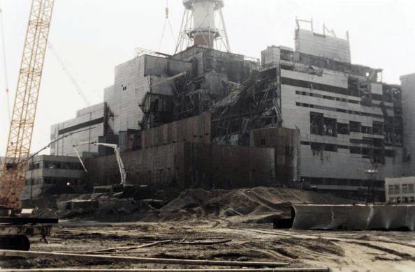 Повреждённый четвертый энергоблок Чернобыльской АЭС на фотографии сделанной 5 августа 1986 года. (Photo credit should read ZUFAROV/AFP/Getty Images)
