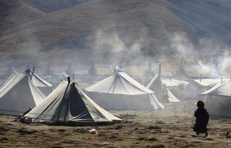Дим, що виходить з шатрів, свідчить про наявність зігріваючого вогнища і про трапезу, яка наближається. Фото: China Photos/Getty Images
