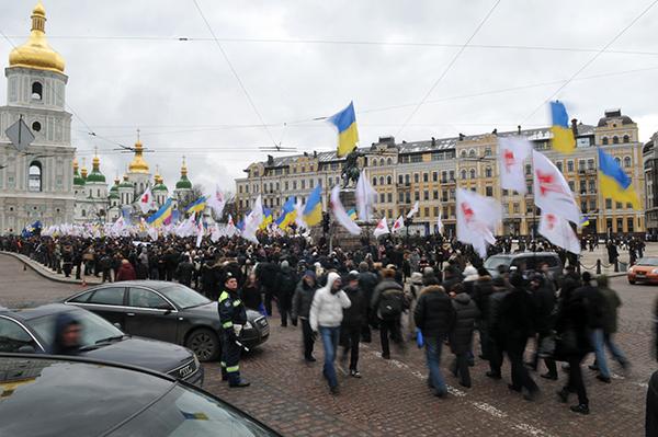 Люди прибывают на Софийскую площадь в Киеве 22 января 2011 года в День соборности Украины. Фото: Владимир Бородин/The Epoch Times Украина