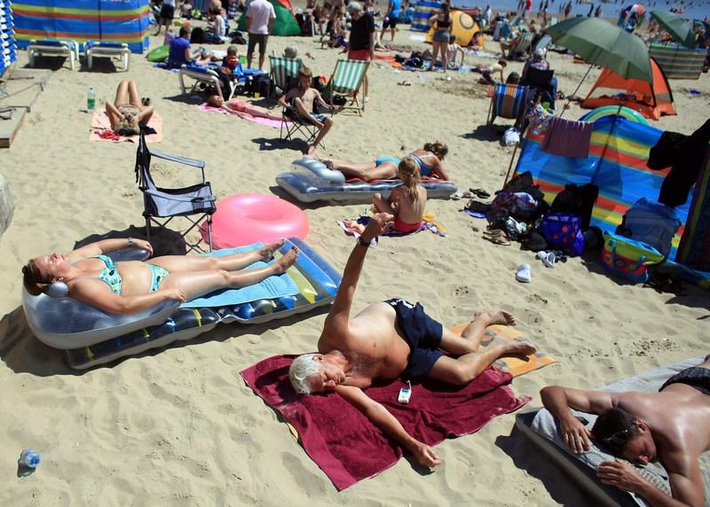 Веймут, Англия, 23 июля. Отдыхающие наслаждаются жарким солнцем. Фото: Matt Cardy/Getty Images