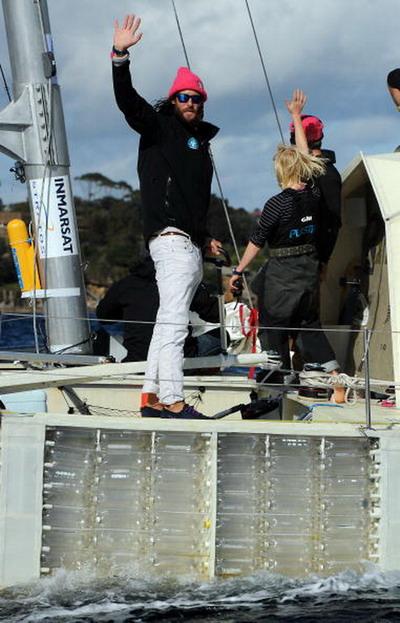 Британский эколог Давид де Ротшильд приплыл на катамаране, сделанный из пластиковых бутылок в Сидней. Фото: Brendon Thorne/Getty Images