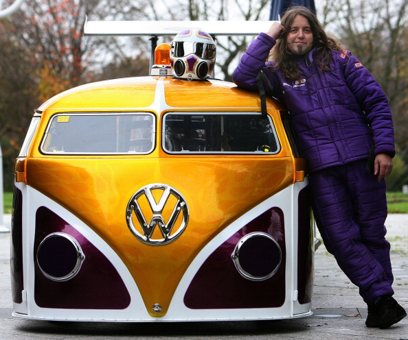 Автоконструктор Вейн Аллеман явил миру разработанный им драгстер VW Bulli Van под названием «Нервный срыв» с мощностью двигателя 1700 лошадиных сил. Фото: PATRIK STOLLARZ/AFP/Getty Images