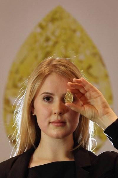 Желтый бриллиант «Капля Солнца» (The Sun-Drop Diamond). Фото: Dan Kitwood/Getty Images
