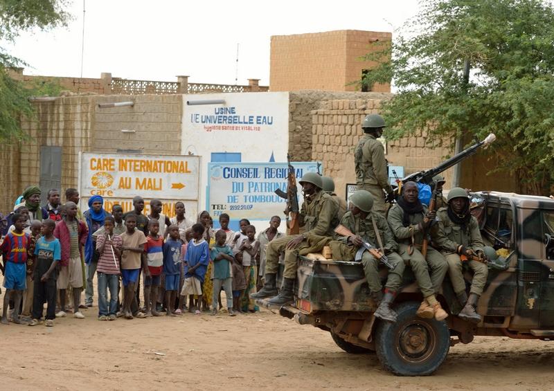 Тимбукту, Мали, 28 января. Жители наблюдают за вхождением правительственных войск в освобождённый от боевиков город. Фото: ERIC FEFERBERG/AFP/Getty Images