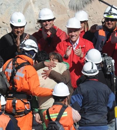 Чилійські шахтарі визволені з підземелля. Всього гірники провели в обваленій шахті на глибині 622 метрів 69 днів. Фото: AFP / Getty Images