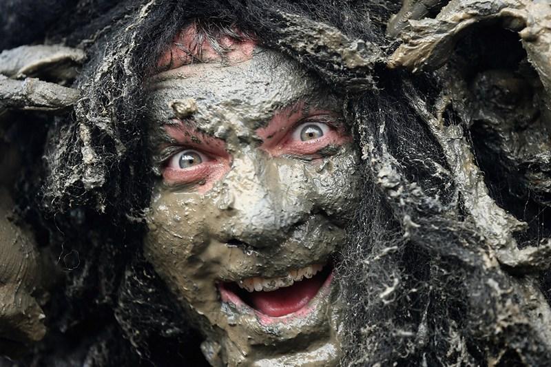Молдон, Англия, 5 мая. Джоэл Хикс — участник ежегодного 400-метрового «грязевого забега». Мероприятие проводится во время отлива на русле местной реки ради содействия благотворительному фонду «Всегда с улыбкой». Фото: Dan Kitwood/Getty Images