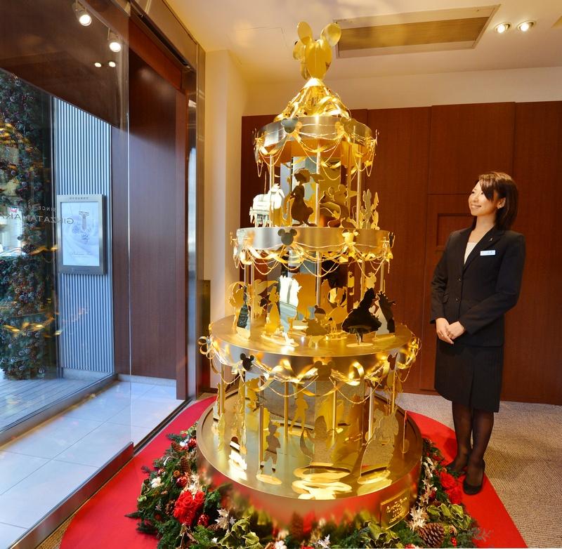 Токио, Япония, 21 ноября. Ювелир Гинза Танака создал из золота рождественское дерево с 50 героями фильмов Диснея. Высота дерева 2,4 метра, а стоимость 359 млн йен (около 4,3 млн $ США). Фото: KAZUHIRO NOGI/AFP/Getty Images