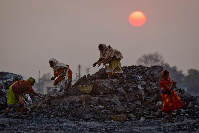 Работа идет весь световой день. Фото: Daniel Berehulak/Getty Images