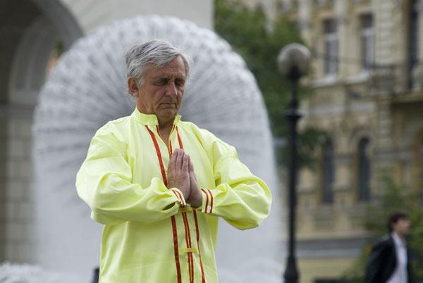 Последователь Фалуньгун выполняет упражнения на площади Независимости в Киеве в Международный День Фалунь Дафа 13 мая 2008 года. Фото: The Epoch Times