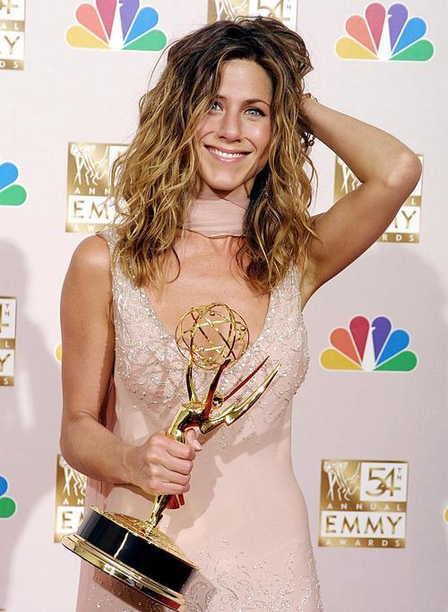 На 54-му щорічному нагородженні Еммі отримала нагороду як найкраща акторка в комедійному серіалі «Друзі», 22 вересня 2002 року в Лос-Анджелесі. Фото: LEE CELANO/AFP/Getty Images