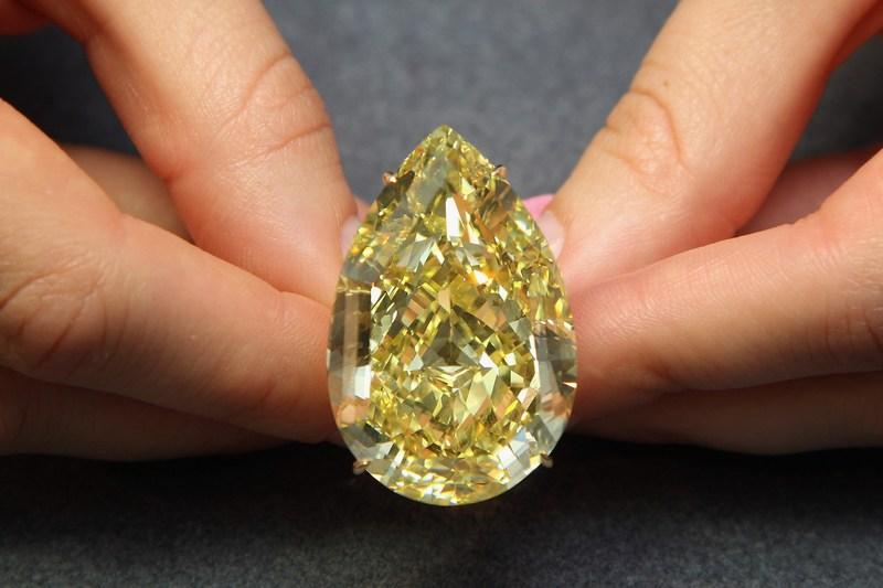 Жовтий діамант «Крапля Сонця» (The Sun-Drop Diamond). Фото: Dan Kitwood/Getty Images