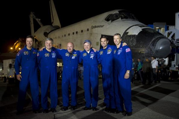 Миссия выполнена! Экипаж шаттла (слева направо): Роберто Виттори (из Европейского Космического Агентства), пилот Грегори Джонсон, командир Марк Келли, Эндрю Фейстел, Грегори Шамитофф и Майкл Финк (все трое специалисты НАСА). Фото: Bill Ingalls/NASA Via Ge