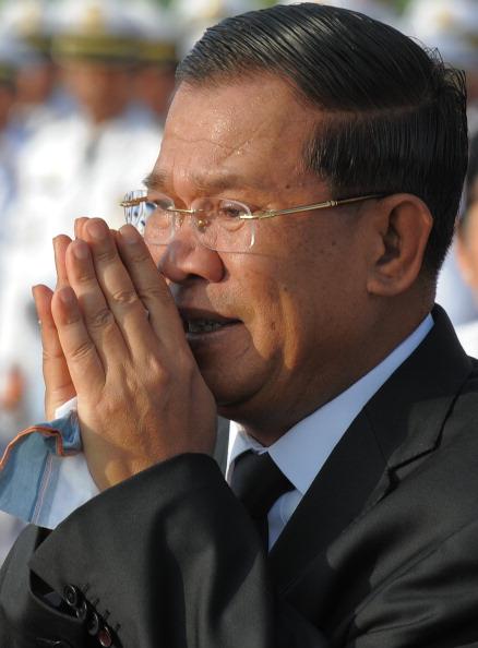 Прем'єр-міністр Камбоджі Хун Сен возносить молитви під час траурної церемонії за участю державних посадових осіб перед мостом у Пномпені 25 листопада 2010 року, де в результаті тисняви загинули сотні людей у ніч на 23 листопада. Сотні скорботних камбоджій