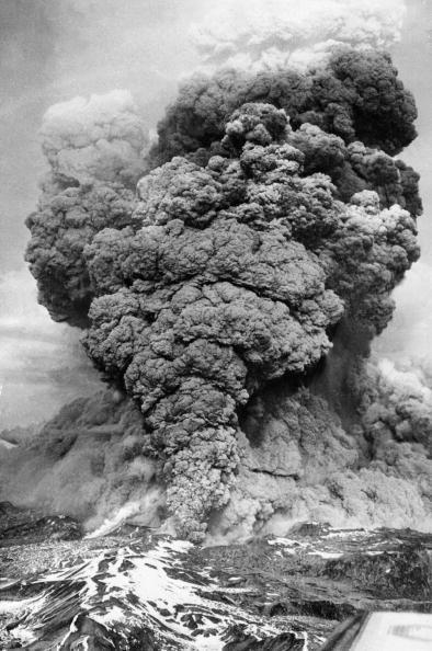 Вот как выглядело извержение вулкана Пуйеуэ в мае 1960 г. Фото выполнено на расстоянии 1120 км к югу от столицы Чили Сантьяго. Фото: STF/AFP/Getty Images